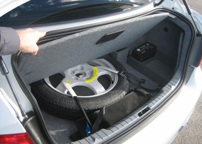 Запасное колесо в багажнике
