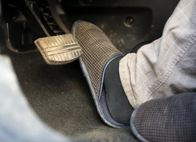 Специалисты не советуют: шлепанцы самый опасный вид обуви зарулем
