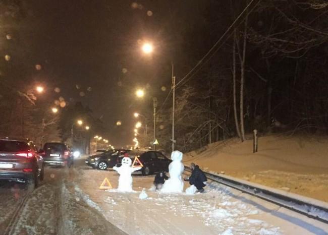 Участники ДТП лепят снеговика