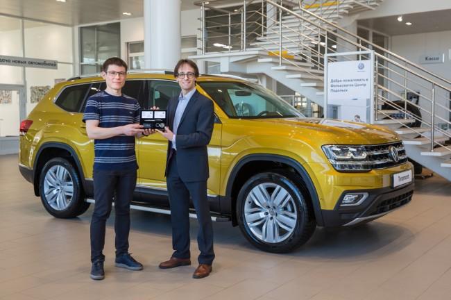 PR-директор Volkswagen в России Андрей Гордасевич вручает ключи первому владельцу VW Teramont