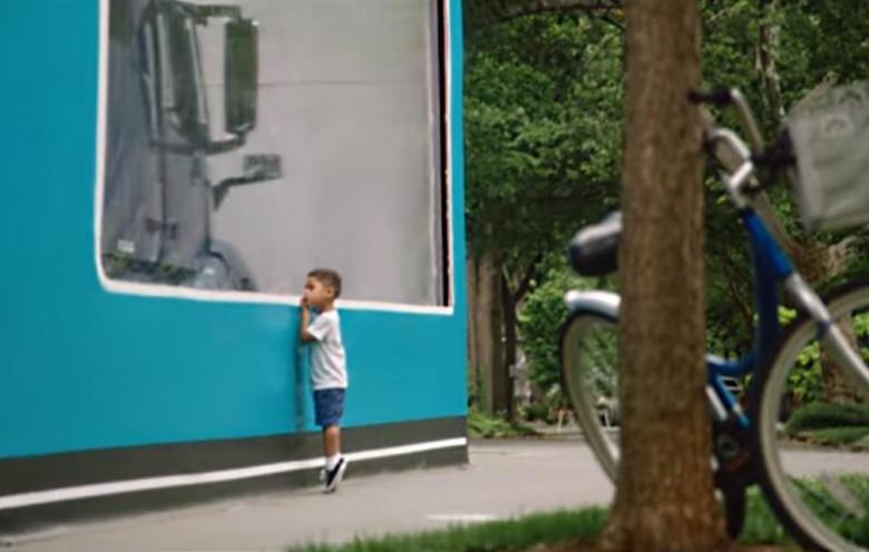 Вольво установила рекорд Гиннесса пораспаковки самого огромного игрушечного фургона