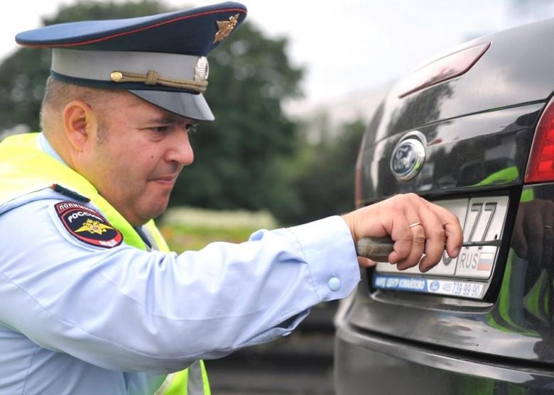 Сотрудникам ГИБДД запретили снимать номера с авто