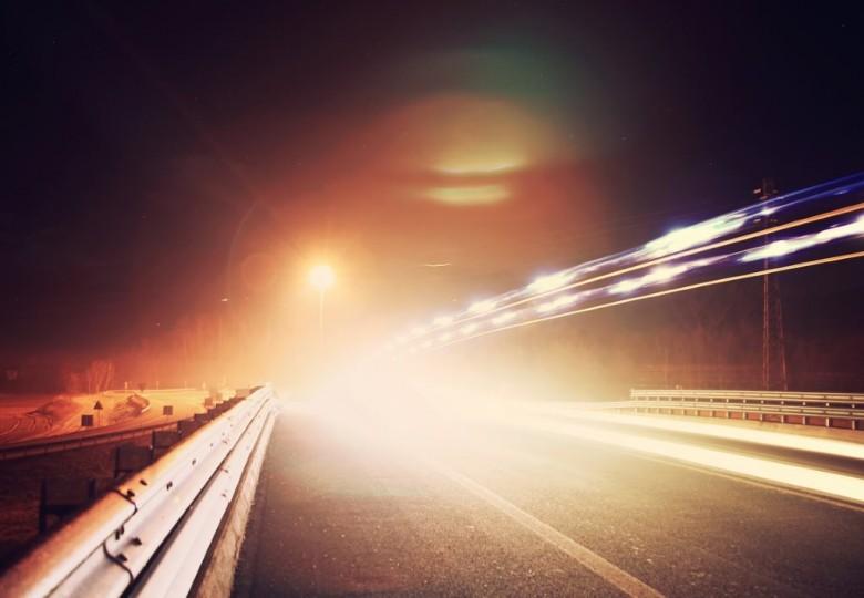 Ночь, дорога, свет фар