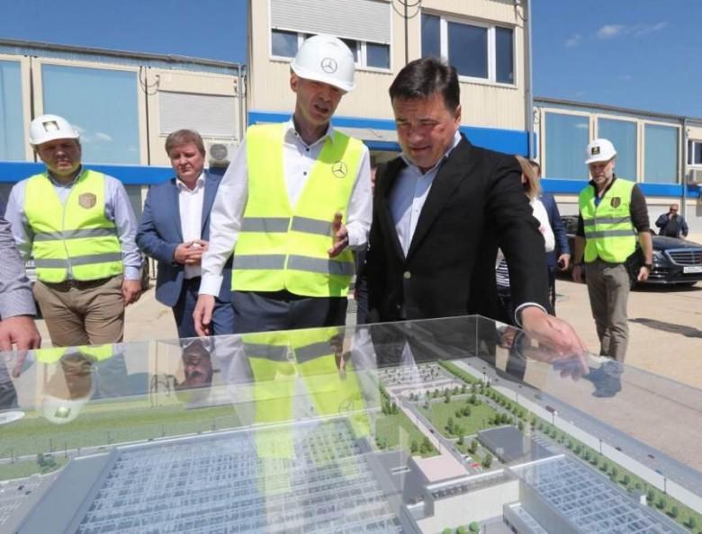 Губернатор Московской области Андрей Воробьев на строительстве завода Mercedes-Benz.